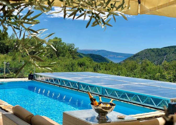 Pool mit elektrischer Überdachung und Meerblick zur Insel Krk