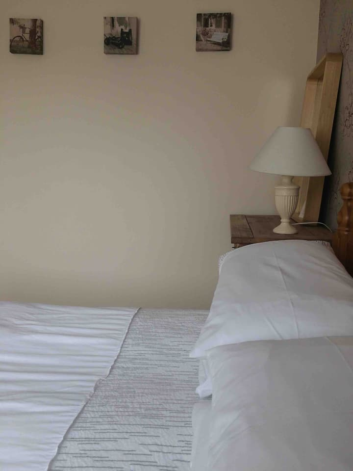 Spacious private double room (en suite)