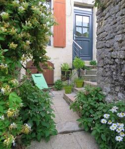 Charmante maison avec jardinet. Calme Centre ville