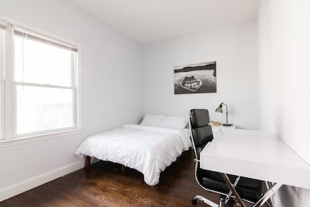 Spacious room in proximity to Manhattan
