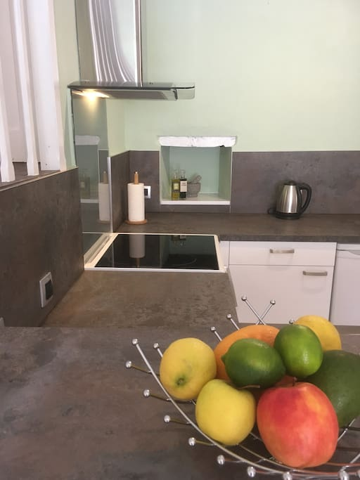 Fully equipped kitchen with ceramic hob, oven...