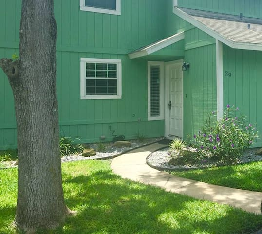 Quaint townhome in the heart of Ormond Beach