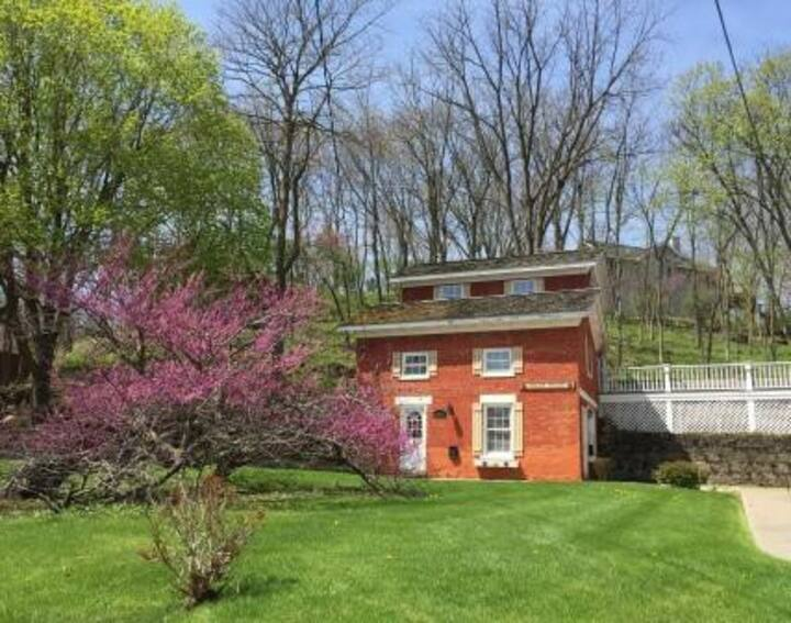Historic 2 BR/2BA Coach House, Fireplace, Amazing Location ~ Walk to Downtown