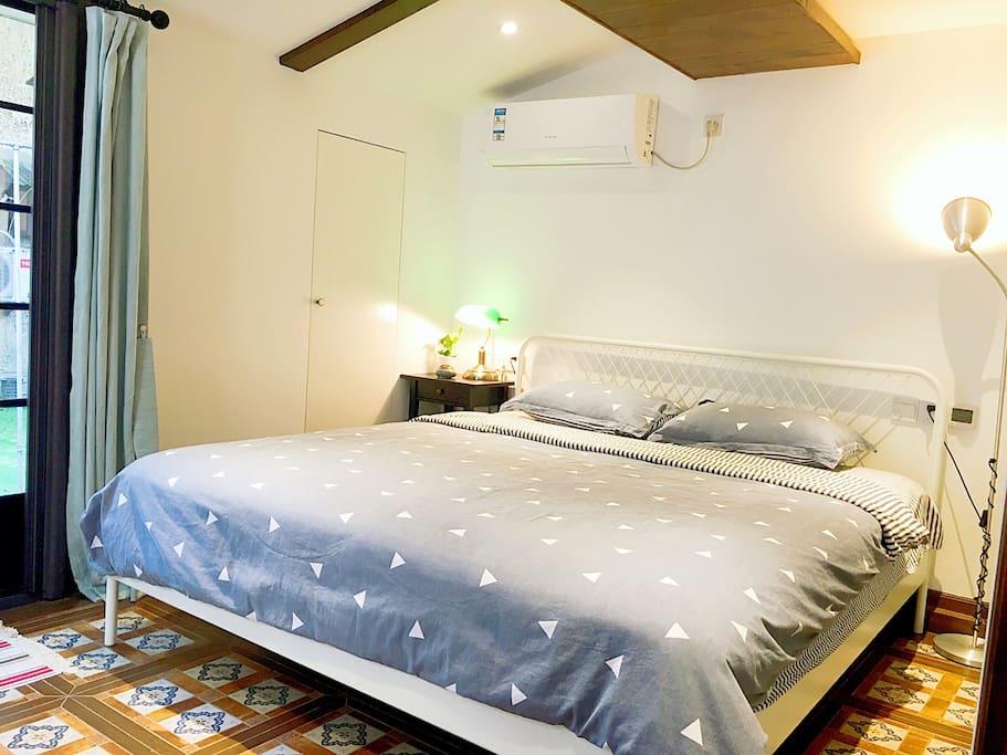 温馨卧室+1.8米双人舒适大床(bedroom+1.8 meter big soft bed)