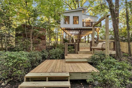 ATL Treehouse- Couples retreat/Event Space/Hot Tub
