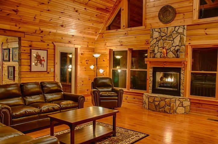 OWLS ROOST-5 BR Log Home Gated Preserve- Sleeps 14 - Old Fort