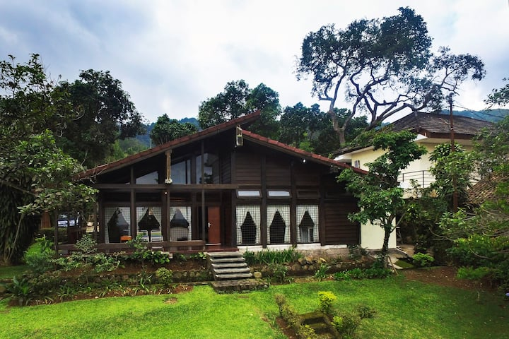 Villa Yaputra Puncak 4BR 8-persons Private Garden