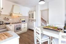 Cucina attrezzata, forno,lavastoviglie,microonde, macchina da caffè,frigo con congelatore, tosta pane, bollitore.