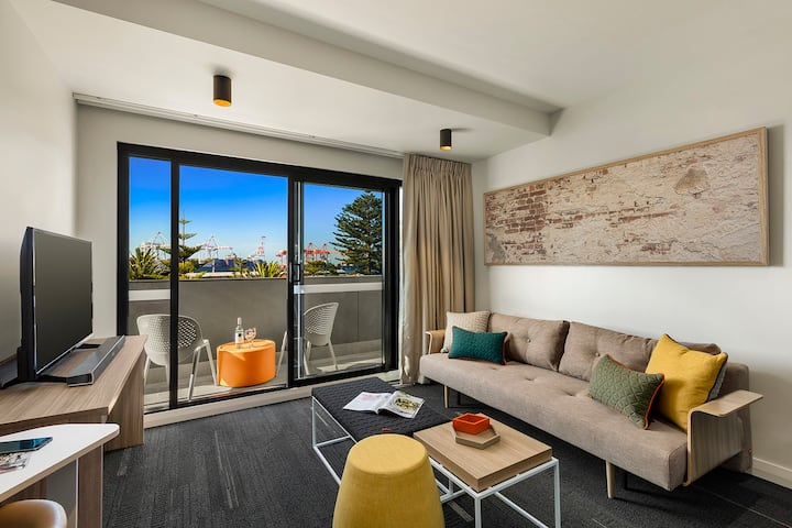 Fremantle Executive 1 bedroom apartment with Balcony and Port Views