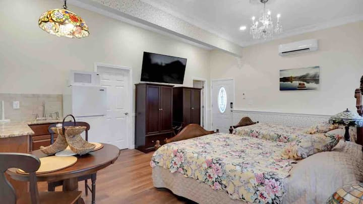Privacy and exquisitly decorated Cambridge Room