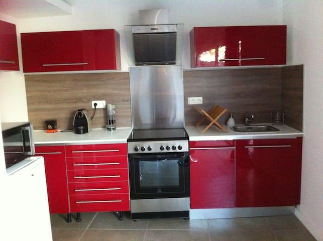 Cuisine équipée (lave vaisselle, microonde, cafetière nespresso, frigo et congélateur)