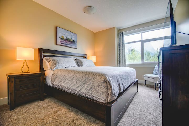 1st king size BR with BTH enjoy mountain view