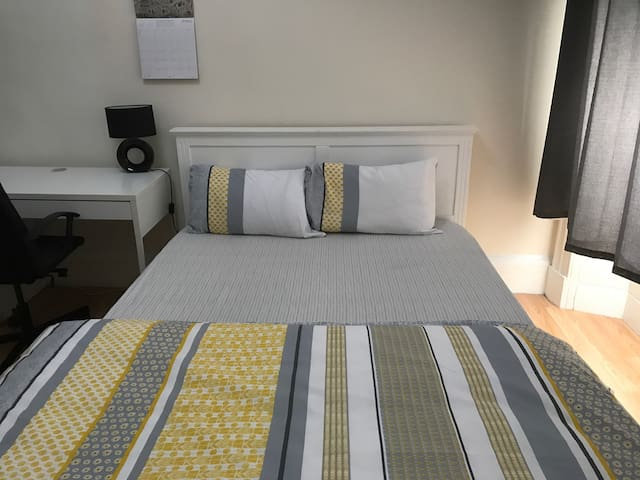 Large Double bedroom close to city - Glasgow - House