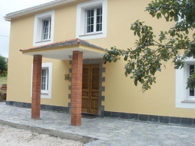 El banco famoso en Loiba / casa cerca del mar - Manón - Huis
