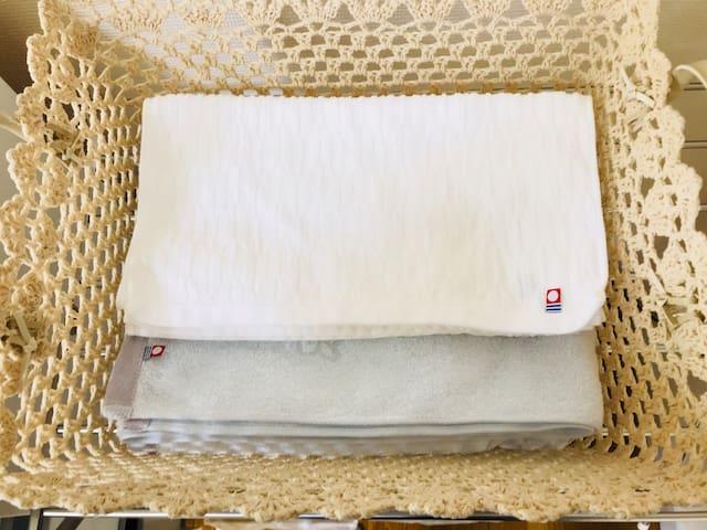 バスタオルとタオルを人数分 ご用意します。(予備のタオルはチェストの中にあります)