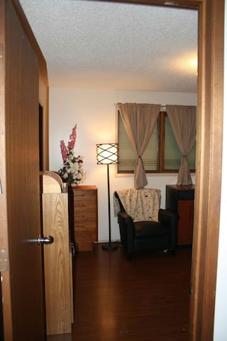 charming room, very large closet - Lethbridge - Casa