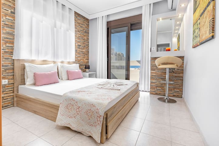 The fantastic bedroom with the balcony and the sea view!