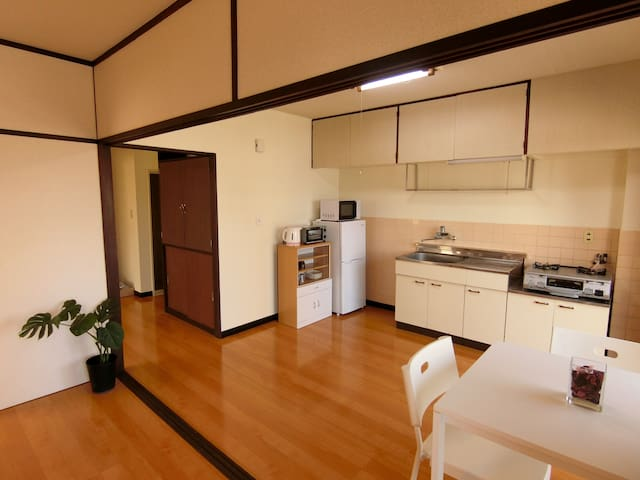 Dining Kitchen with small table. 小さなテーブルのあるダイニングキッチン