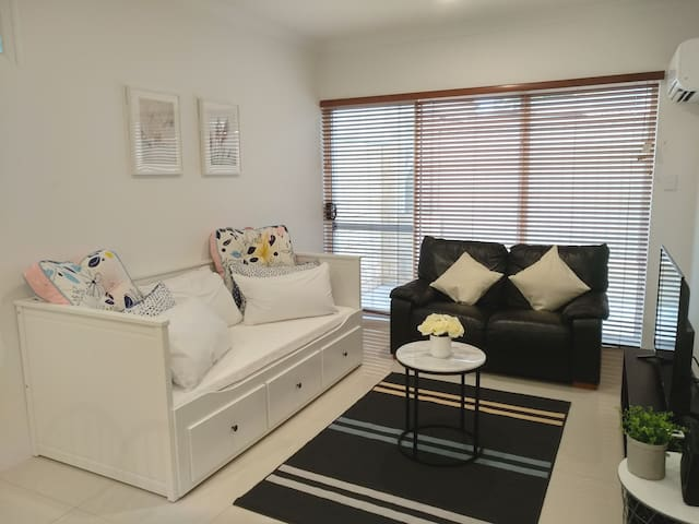 Belmont Dove - Cosy, New, near Airport  & City