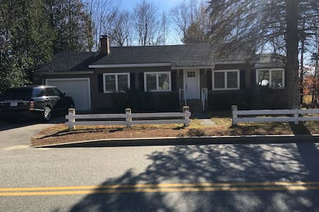 Cozy mountain getaway in village, near Cranmore