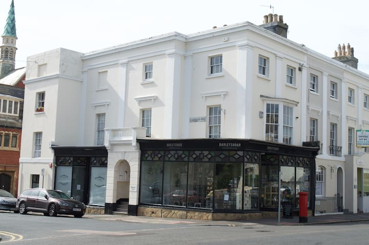 Perfectly located apartment in period property - Eastbourne - Daire
