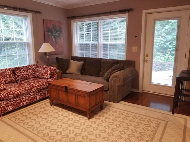 Bright, Clean, Quiet, Roomy, Comfy-Hwy. Access