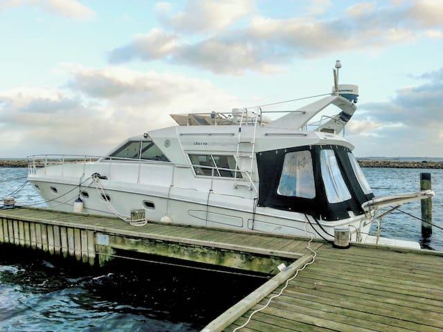 Stor og velindrettet motorbåd med storslået udsigt - Egå - Båt