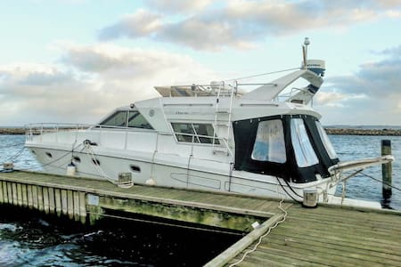 Stor og velindrettet motorbåd med storslået udsigt - Egå - Boot