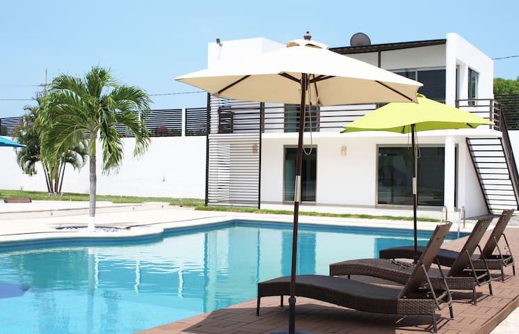 Villa Turística Con Bungalows, Alberca y Jardín
