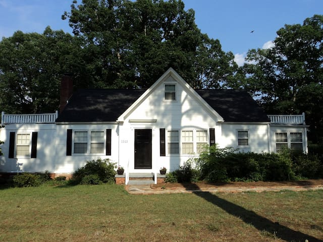 Cozy cottage on 1 acre inside Raleigh belt line.
