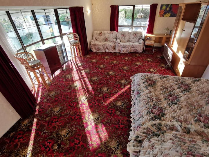 7Vhouse-Lake side: 1 oversized-bedroom