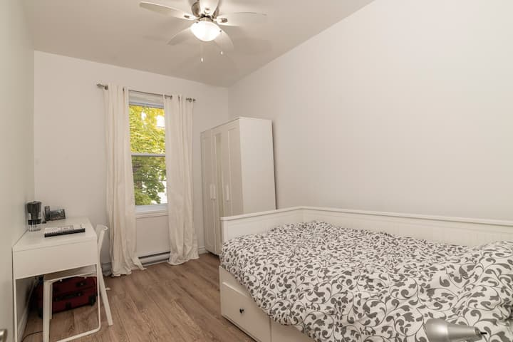 Close to metro station UdeM, Huge, Bright Room - 4