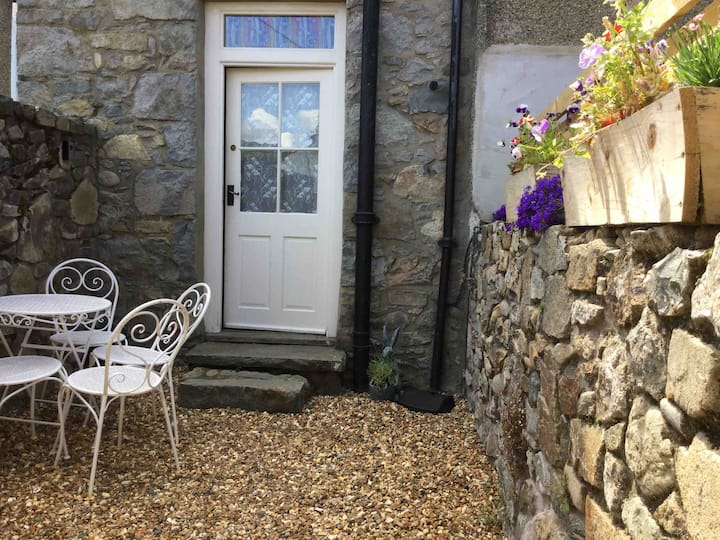 Small cosy cottage, 10 minutes from the beach.