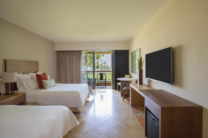 Enormous Room Deluxe Double Bed At Corredor