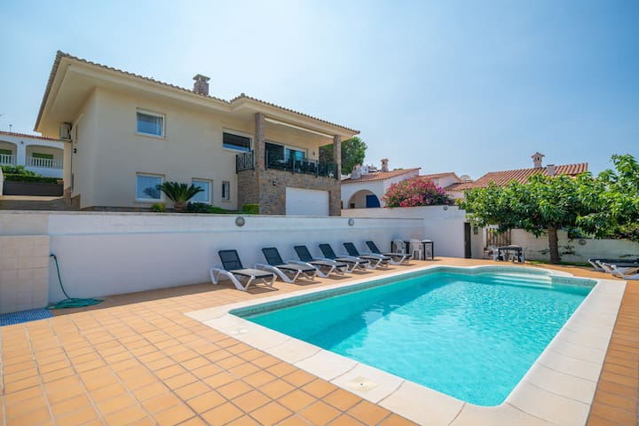 Sabina:Villa with pool and sea view 500m from the beach
