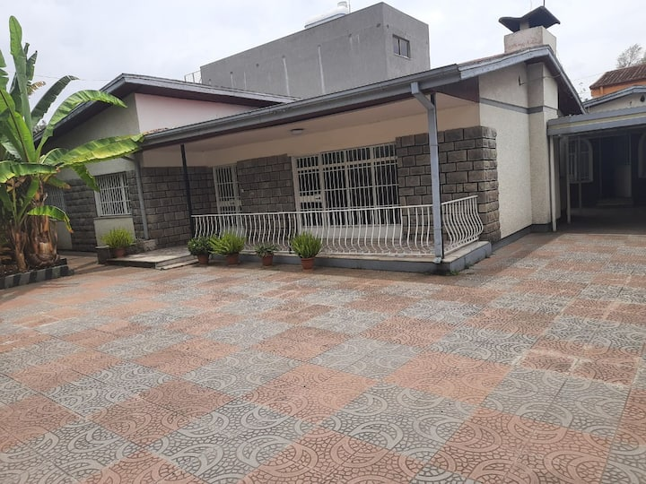 For executives! Luxury house around the airport.