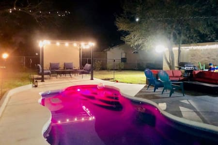 Massive Hot tub, Saltwater Pool, Sleeps 12, Awesome  Backyard Hang out!