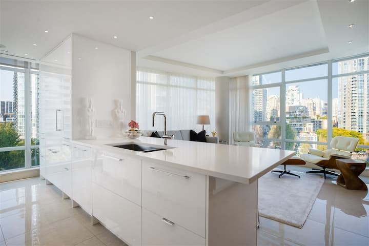 Superb 2 Bedroom Yaletown Suite for 30+ Day Stays