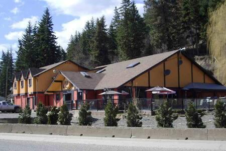 Close to the beach in Scotch Creek, BC - Scotch Creek - โรงแรมบูทีค