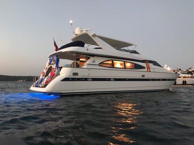 Million dollar Luxury 90ft yacht in Sydney! - Woolloomooloo