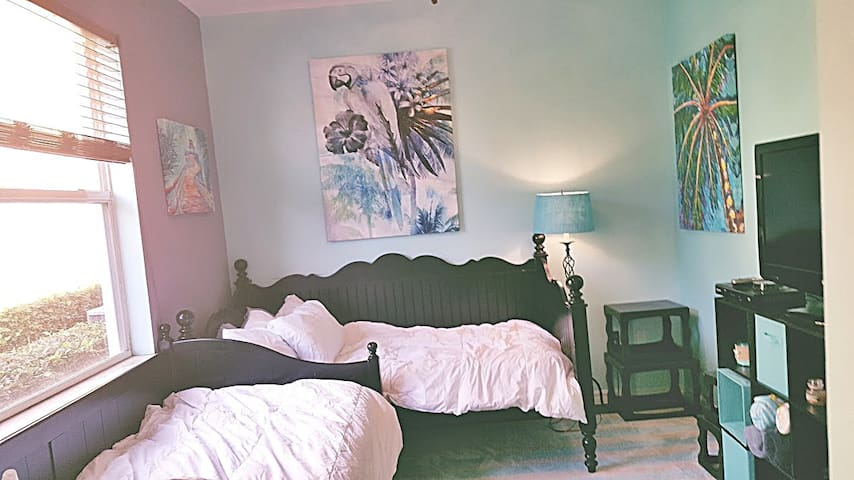 2 Beds in Bright,Sunny SF House :) 4.5 mi to Beach - Delray Beach - House
