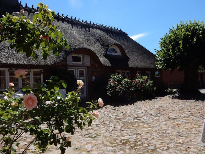 Zum Innenhof - Dreiseithof Nieby