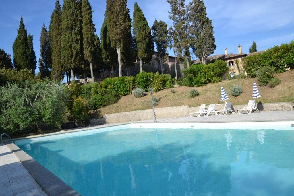 swimming pool / la piscina