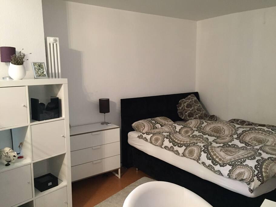 großes Bixspringbett im Schlafzimmer in den ruhigen Hinterhof