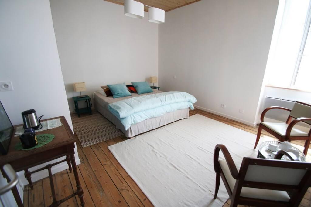 La chambre avec un lit en 160, une bouilloire et deux fauteuils
