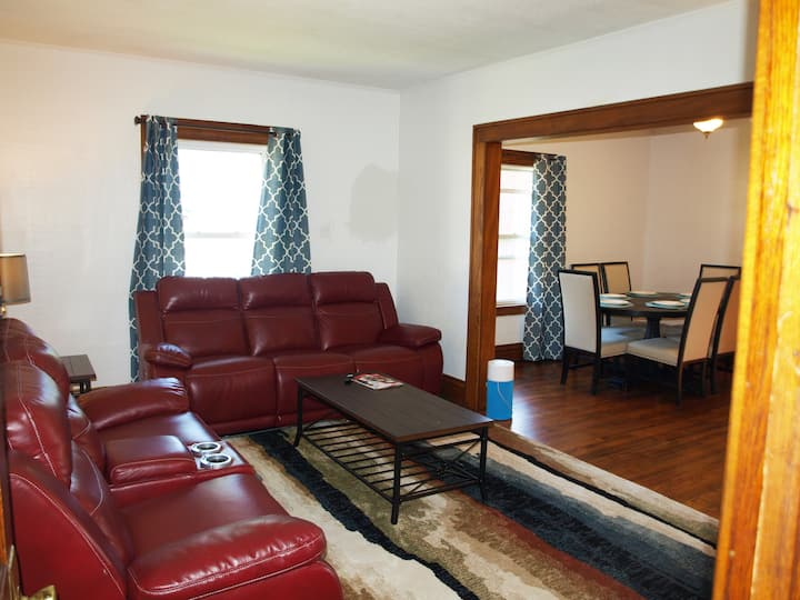 Downtown Lansing cozy home with modern amenities