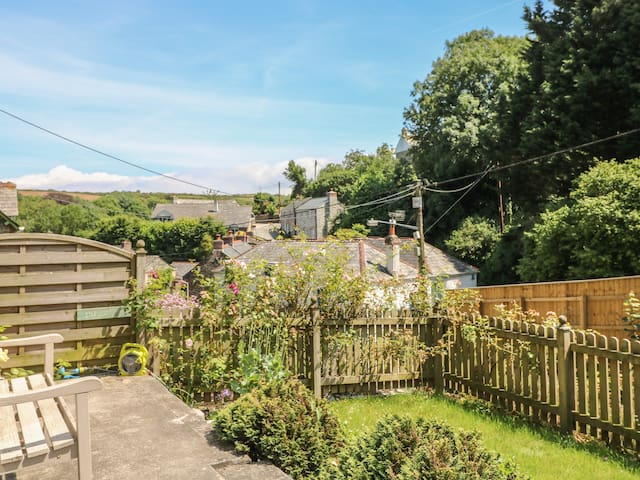 2 ROCK COTTAGE, family friendly, with a garden in Padstow, Ref 983368