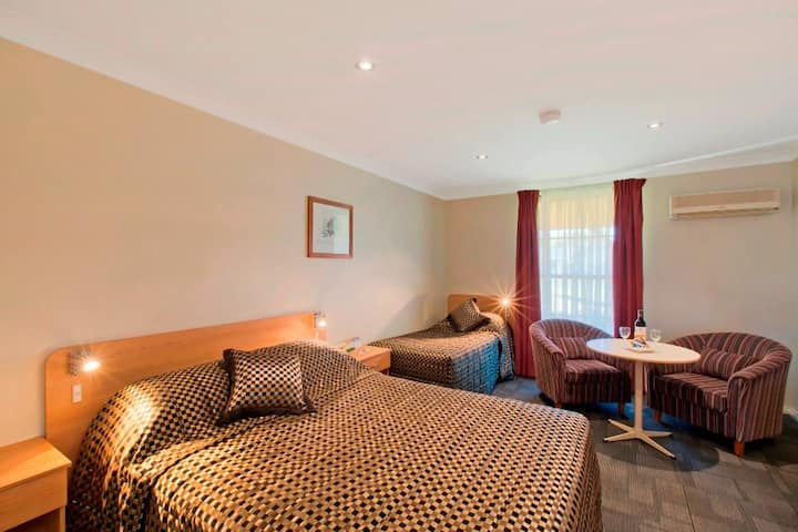 Twin Room(1 Queen + 1 Single)@ Bushmans Motor Inn