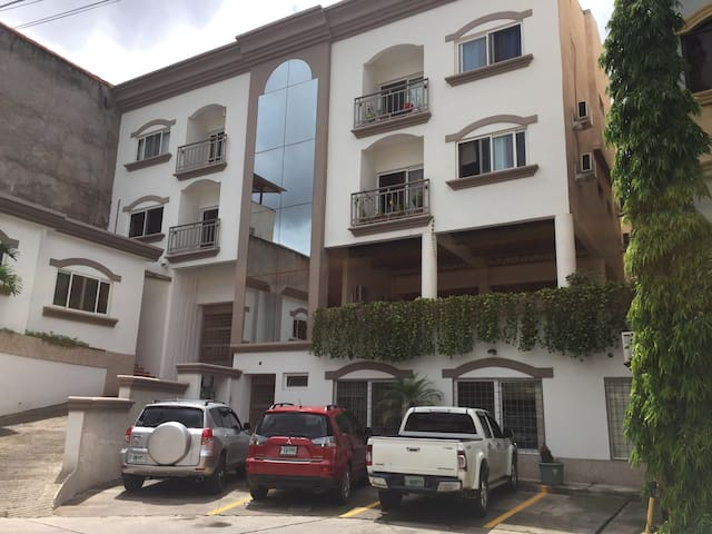 1BR Apt Close to Airport & Malls (7)