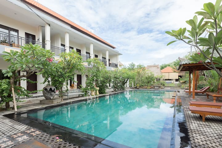 Tropical guest room by surf beach - 2 beds - South Kuta - Gjestehus